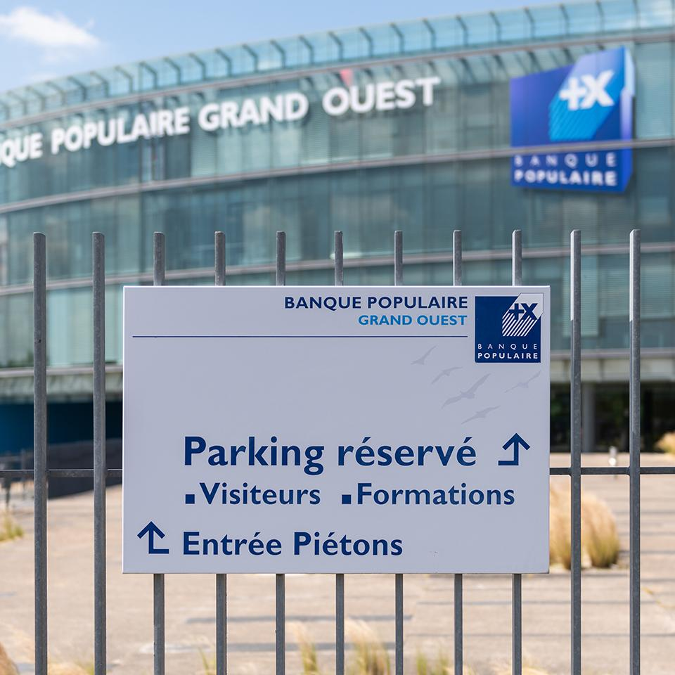 Access signage from Banque Populaire du Grand Ouest by Visotec