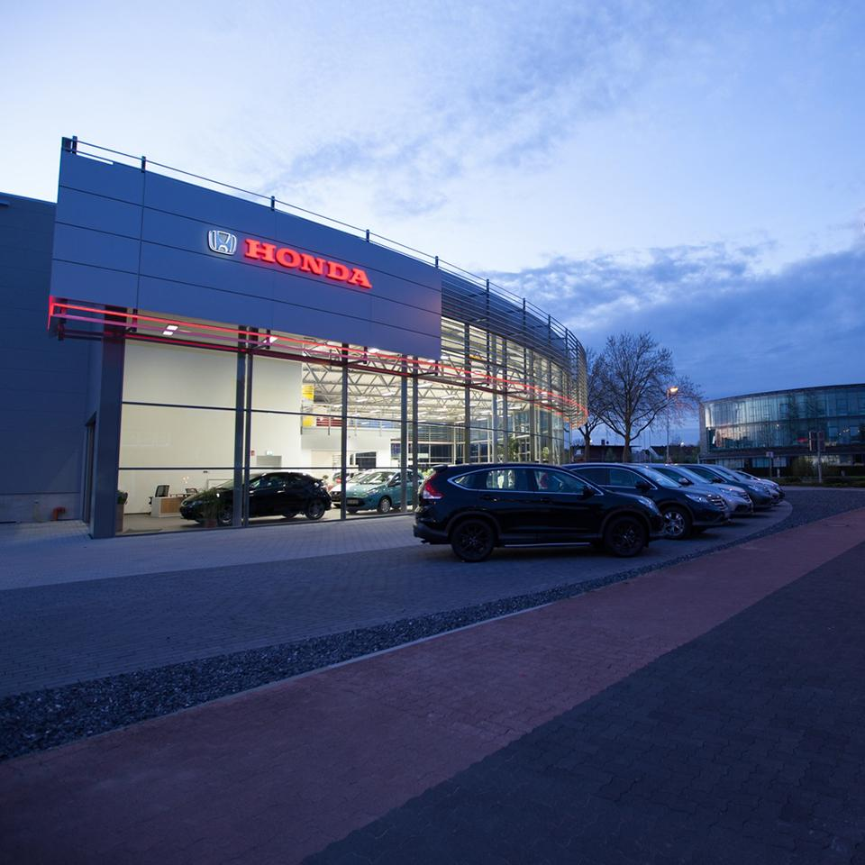Façade of the new Honda dealership by Visotec
