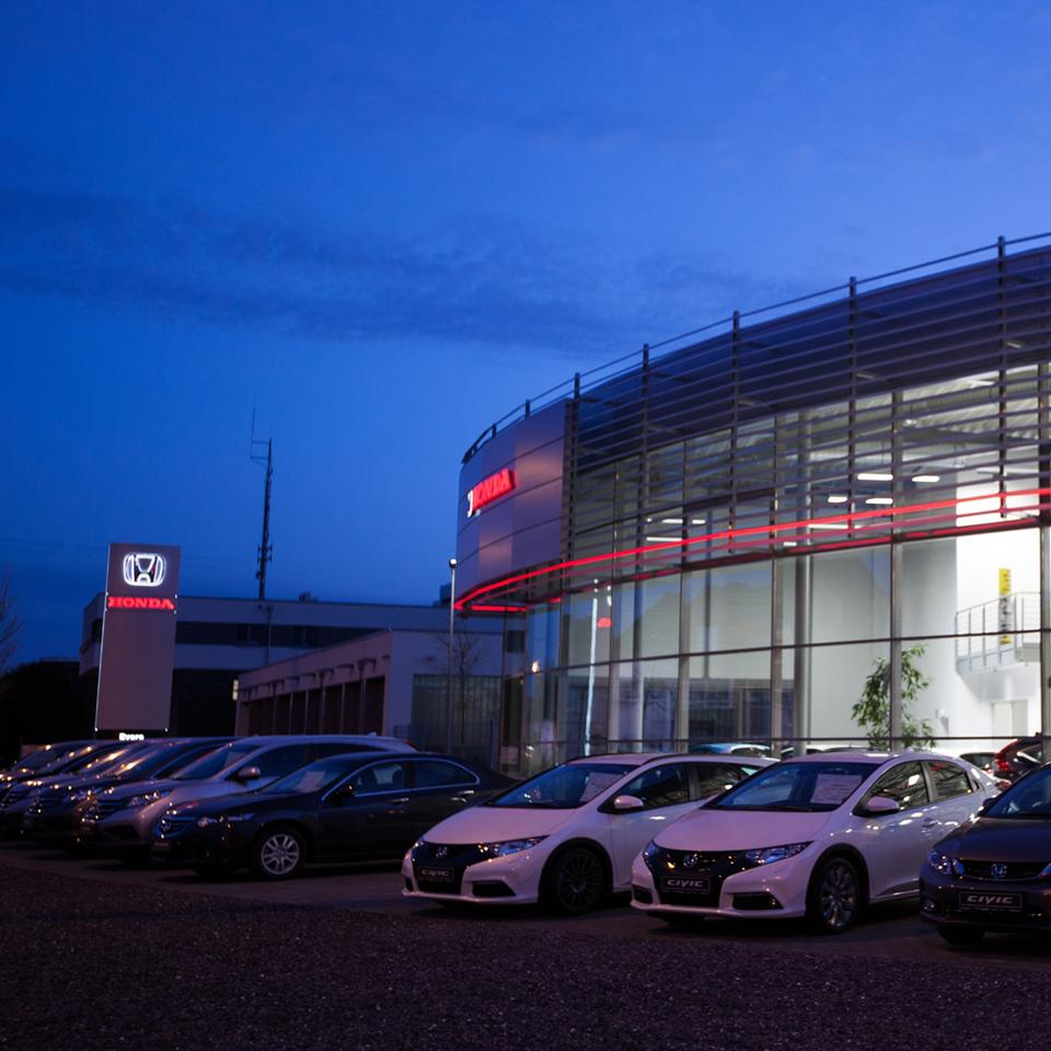 Illuminated Totem and Honda dealership by Visotec