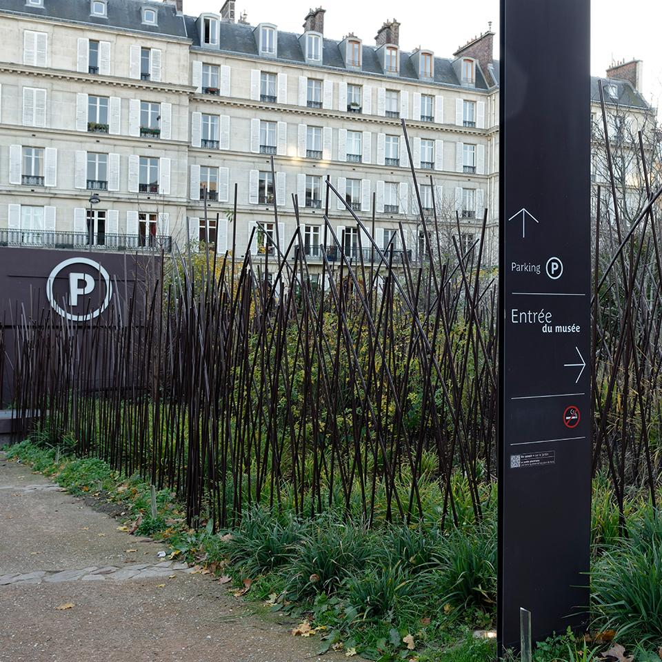 Quai Branly Museum outdoor direction signage deployed by Visotec