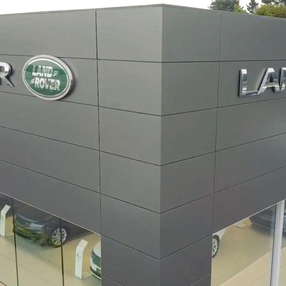 In Plymouth (UK), Visotec is carrying out the full identification and facade design and signage of a new Jaguar Land Rover dealership