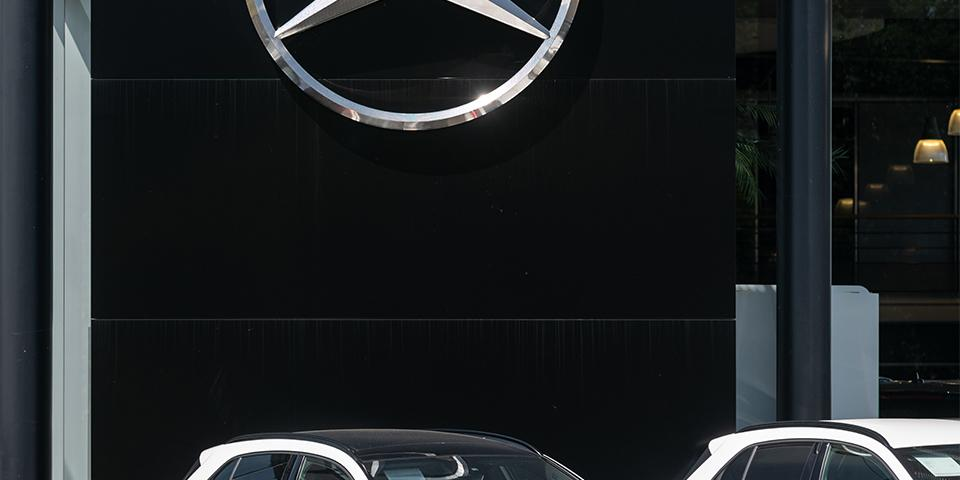 Mercedes Benz star, deployed on a black-façade dealership by Visotec